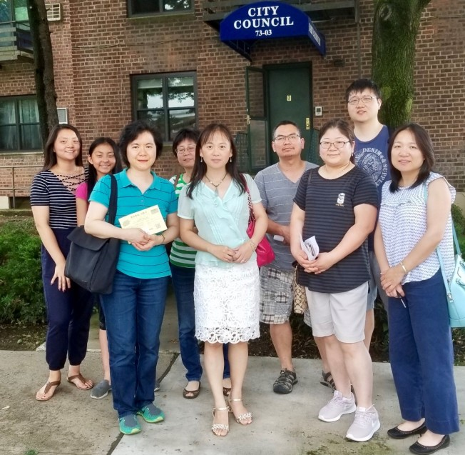 華裔家長準備拜訪郭登祺辦公室。(記者朱蕾/攝影)