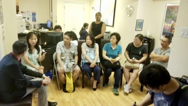 華裔家長在郭登祺辦公室與郭登祺的員工會談。(羅維宗提供)