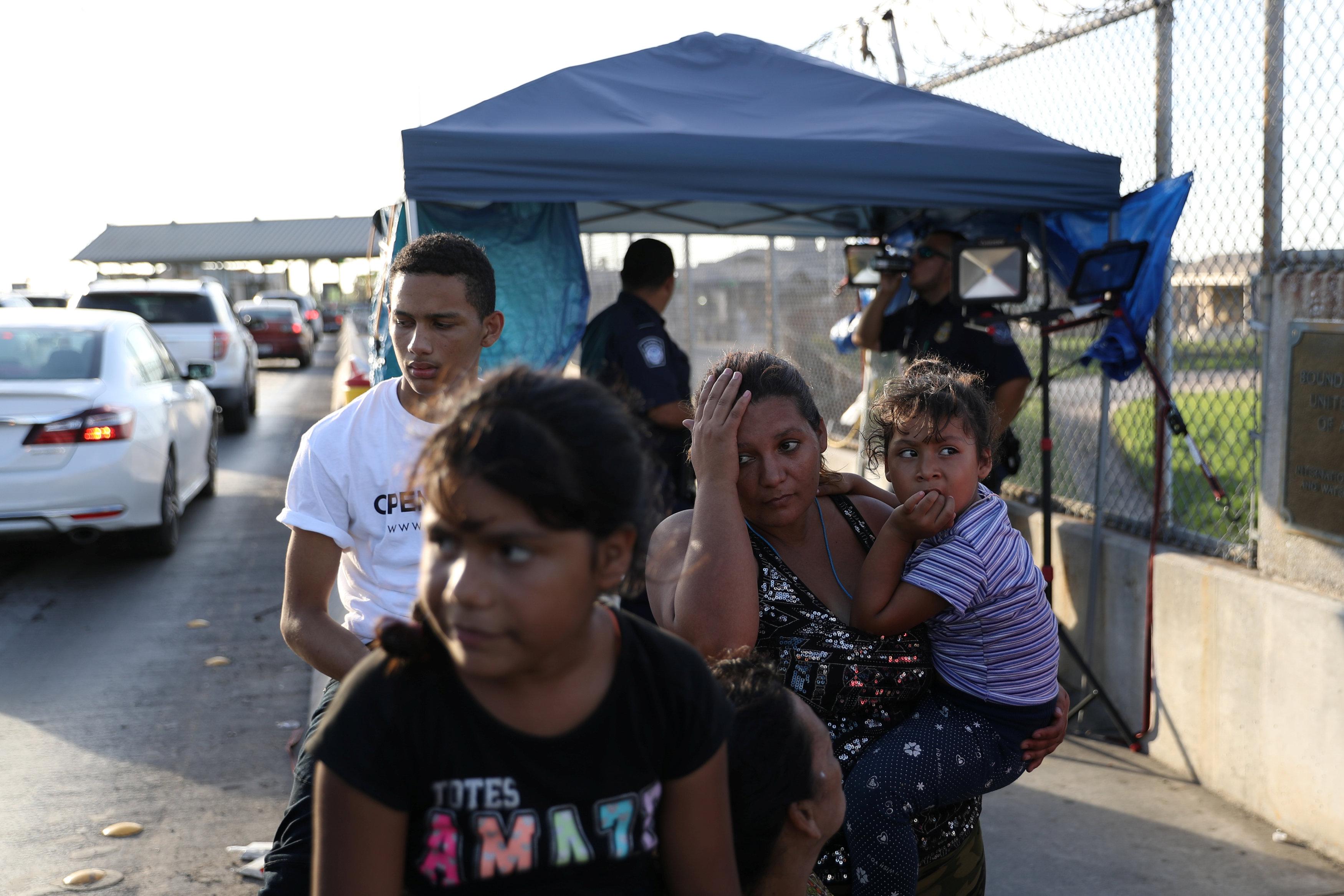 一個宏都拉斯家庭向美國申請庇護被拒後,失望的走回墨西哥。(路透)