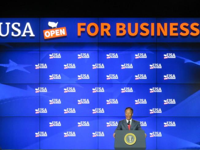 鴻海旗下富士康科技集團在美國威斯康辛州興建廠區,美國時間28日舉行動土典禮及相關活動,郭台銘在台上致詞,背後螢幕寫滿「美國開放經商」。特派記者張加/攝影