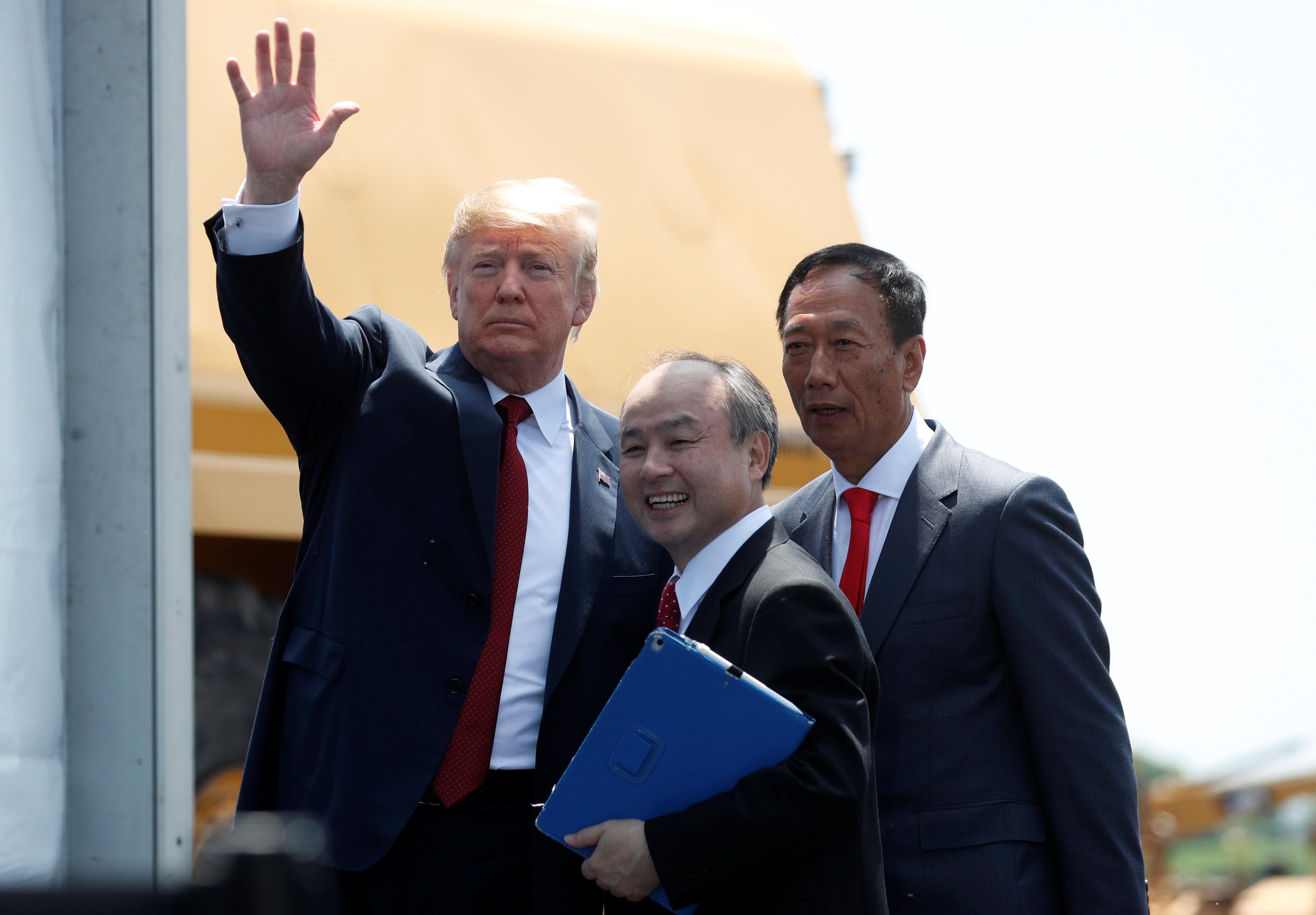 川普總統(左起)、日本軟銀總裁孫正義及鴻海董事長郭台銘一起參觀富士康園區。(路透)