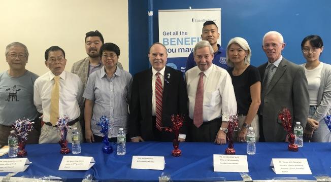 羅添福(左二起)、市議員崔馬克(Mark Treyger )華人代表馮麗華、寇頓、白彼得、白彼得幕僚長曲怡文等,在移民論壇上鼓勵民眾積極投票。(記者牟蘭/攝影)