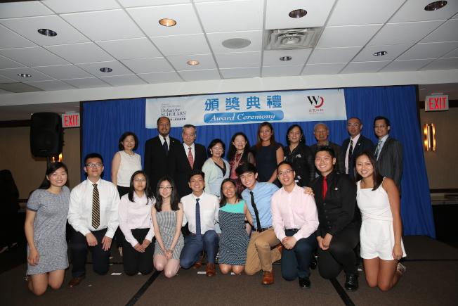 大紐約華人教育基金會向14名優秀學子頒發各項獎學金。(記者洪群超╱攝影)