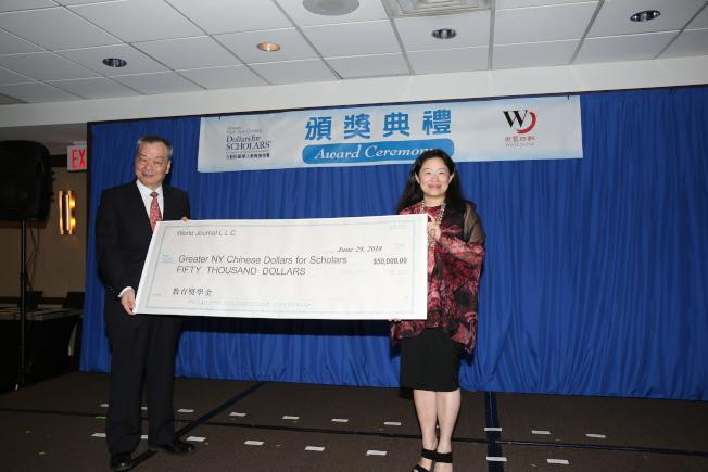 張漢昇(左)代表世界日報向大紐約區華人教育基金會捐贈5萬元,由李德怡(右)代表領取(記者洪群超╱攝影)