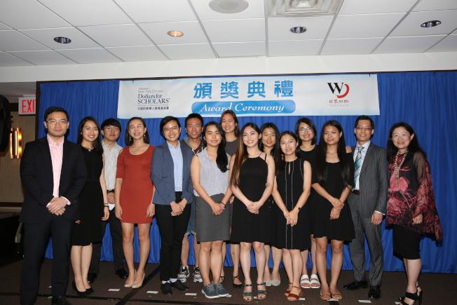 大紐約華人教育基金會往屆獎學金得主合影。(記者洪群超/攝影)