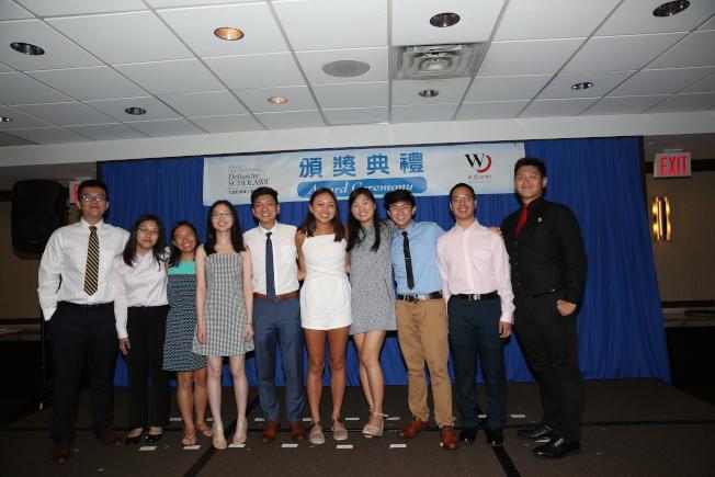 本屆大紐約區華人教育基金會各項獎學金得主合影。(記者洪群超╱攝影)