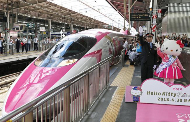 彩繪日本人氣吉祥物Hello Kitty的日本山陽新幹線列車30日發車。 美聯社