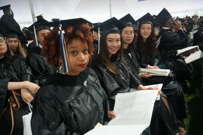 紐約市立大學皇后社區學院1日舉行第57屆畢業典禮,慶祝2300名學生畢業。(記者林群/攝影)