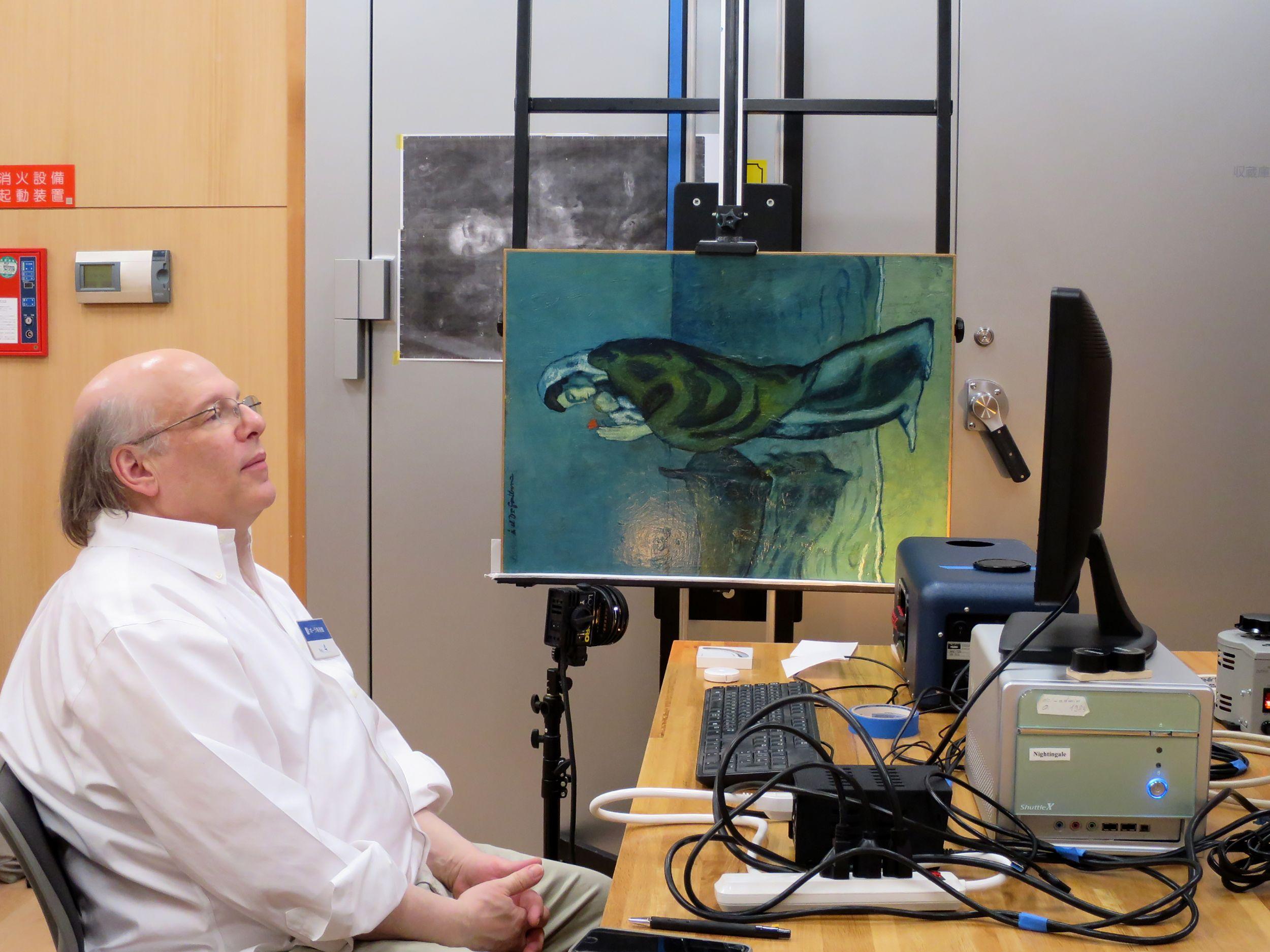 紅外線影像技術讓日本展出的一幅畢卡索(Pablo Picasso)畫作揭開祕辛。圖左為主導日本這項計畫的美國國家藝術博物館(National Gallery of Art)研究人員戴蘭尼(John Delaney)。Getty Images