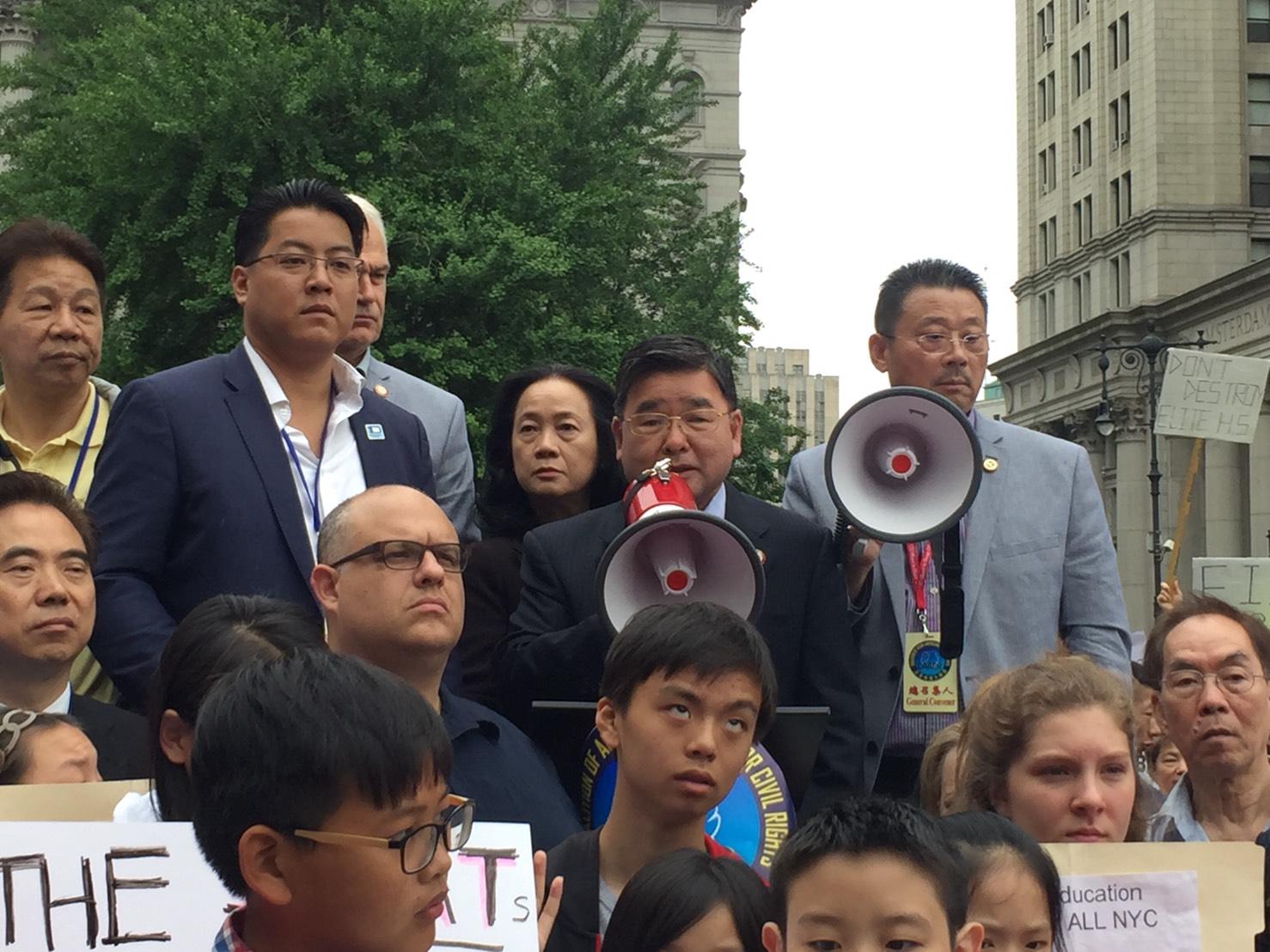 市議員顧雅明(中間拿擴音器者)也現身支持亞裔訴求。記者顏嘉瑩/攝影