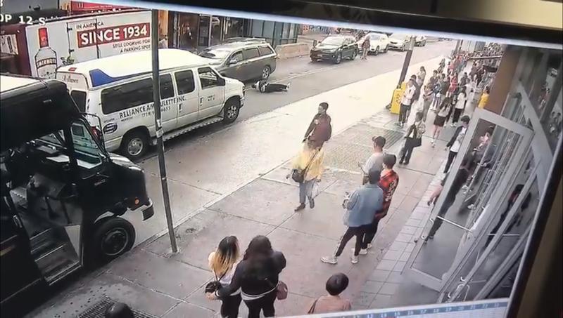 華男崔鈿德穿越羅斯福大道時,被行駛中的車輛撞飛,當場翻滾近十米。(視頻截圖)