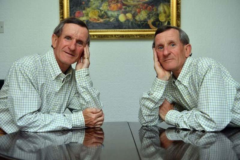英國一對雙胞胎半輩子形影不離,不僅一起上班退休,還都住在一起。圖片來源/Wales online