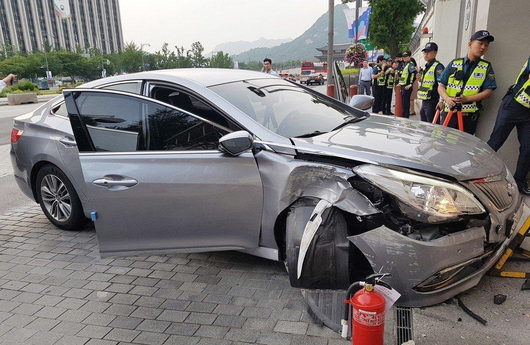 美國駐南韓大使館正門7日遭人駕車蓄意衝撞。歐新社