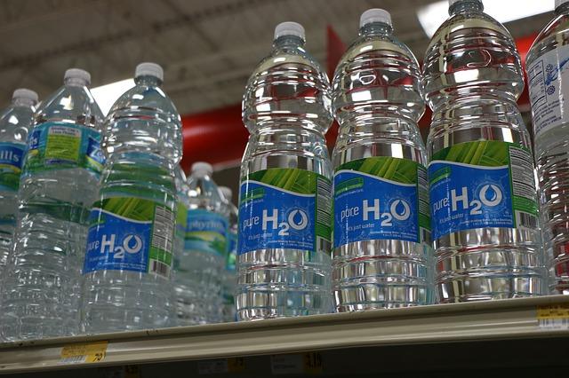 最新研究證明,高溫日曬的確不利瓶裝水的安全。瓶裝水最好放在冰箱或室內保存。圖:pixabay