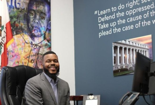 士德頓市長圖布斯4月坐在市政府辦公室。(路透)
