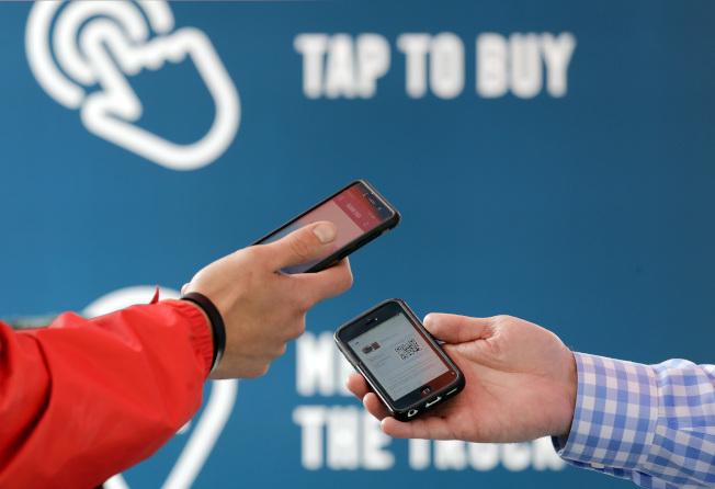手機購物普及之後,酒後購物造成荷包的傷害就更大了。(美聯社)
