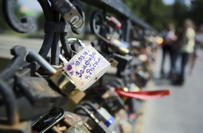 人們熱戀時會在熱門景點鎖上定情鎖,但不少案例是,鎖還在而人事已非。(美聯社示意圖)