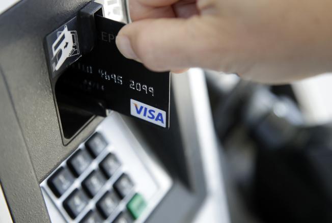 法蘭克的妻子經常刷爆信用卡,揮霍無度讓法蘭克受不了而訴請離婚。(美聯社)