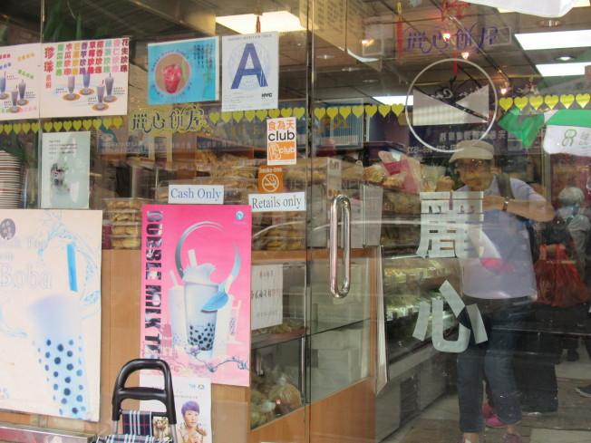 早期的麵包、西餅店因為競爭激烈,另外會在販賣麵包以外的產品吸引更多客人。(記者顏嘉瑩/攝影)
