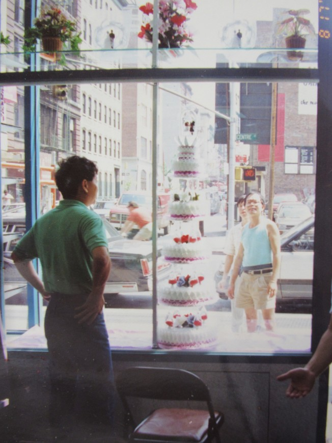 1991年的中央街飛達西餅總店店門口。(記者顏嘉瑩/翻攝)
