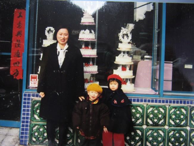 周漢傑的太太周馬林鴿與兒子、女兒在總店門口合影。(周漢傑提供)