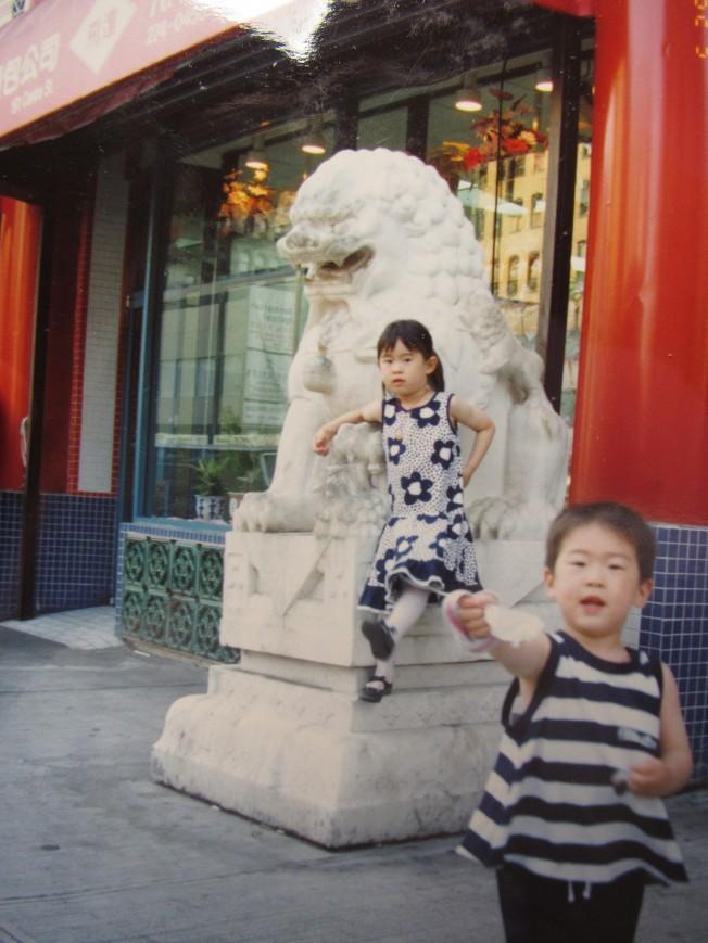 周漢傑的兒子和女兒在總店門口合影。(記者顏嘉瑩/翻攝)
