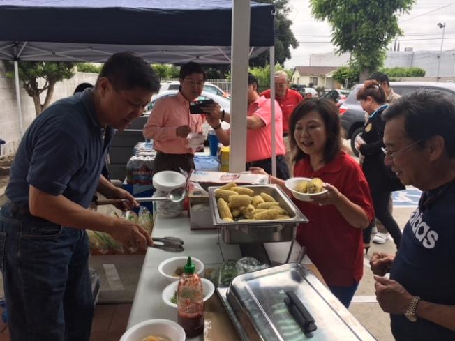 邱啟宜(左)和林鳳英夫婦為比賽選手和工作人員準備食品。(記者楊青/攝影)