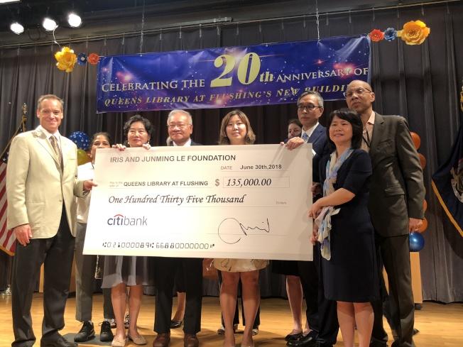 慈善基金會Iris and Junming Le Foundation當天還為法拉盛圖書館捐贈13萬5000元,用於未來建設和發展。(記者陳小寧/攝影)