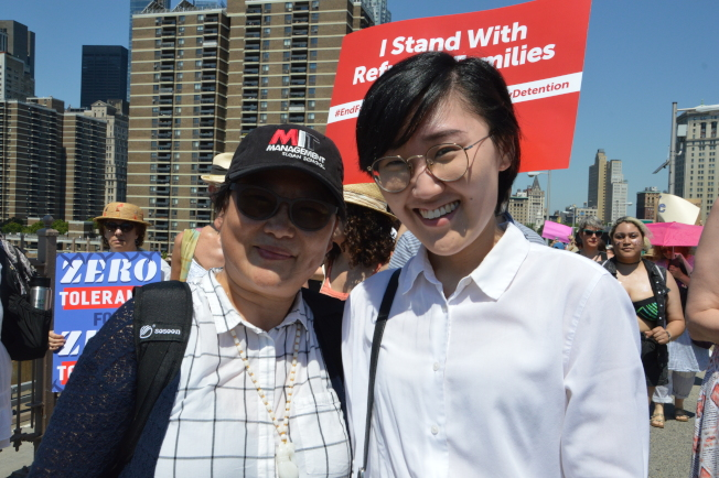 石冬青(左)29年後和女兒一起走上街頭,抗議川普一系列移民政策。(記者牟蘭/攝影)