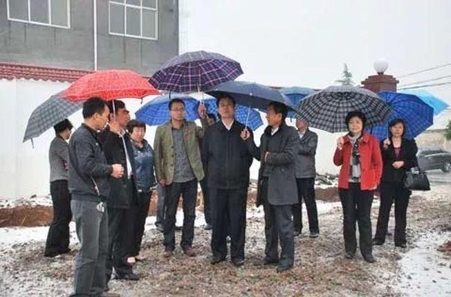 2013年4月,有網友曬出一張圖片,稱「河南汝州市委書記李全勝下雨天背著雙手,兩人為他撐傘。」(取材自微博)