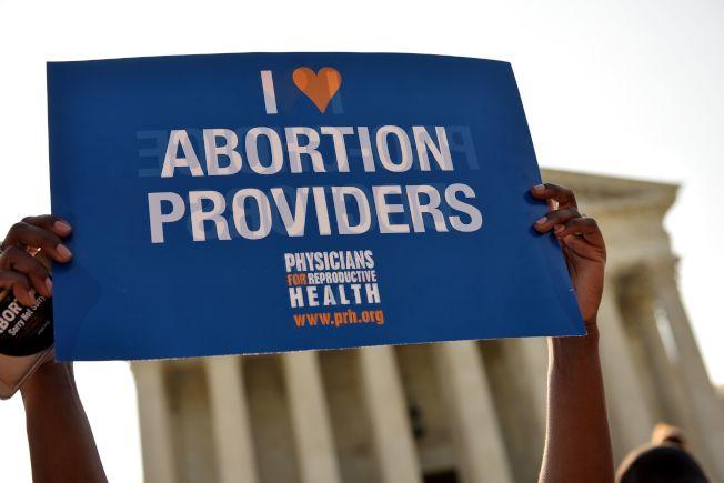 婦女堕胎權是否能被未來大法官尊重與維持,成為大法官提名人選的爭議焦點。圖為支持堕胎權益者。(Getty Images)