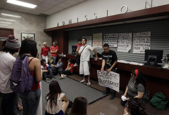學生於2012年占領洛杉磯加州大學錄取辦公室,要求增加錄取少數族裔學生。(美聯社)