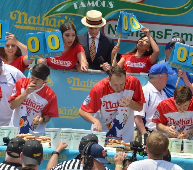切斯納(前排左二)第11次奪得「Nathans國際吃熱狗大賽」男子組冠軍。(記者牟蘭/攝影)