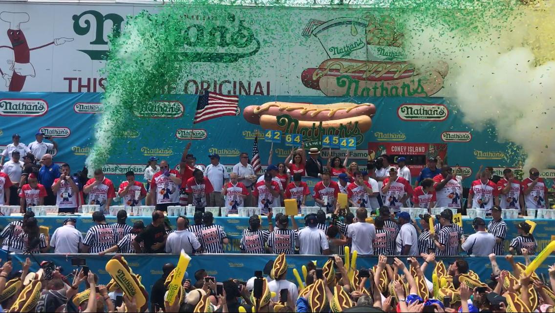 上萬民眾現場觀看第46屆「Nathans國際吃熱狗大賽」。(記者牟蘭/攝影)