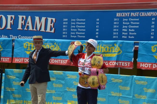 須藤美貴(右)第五次奪得「Nathans國際吃熱狗大賽」女子組冠軍。(記者牟蘭/攝影)