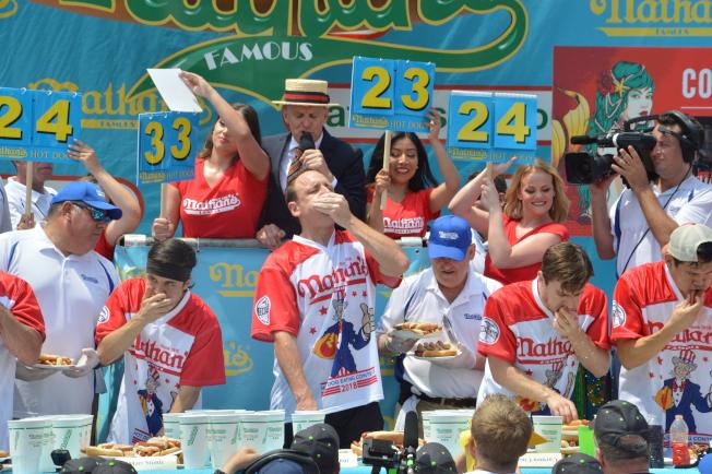 切斯納(前排左三)第11次奪得「Nathans國際吃熱狗大賽」男子組冠軍。(記者牟蘭/攝影)