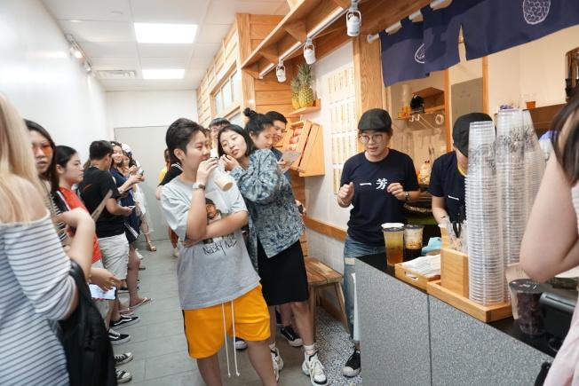 來自台灣的一 芳水果茶,開幕以來人潮不斷。 (本報記者攝影)