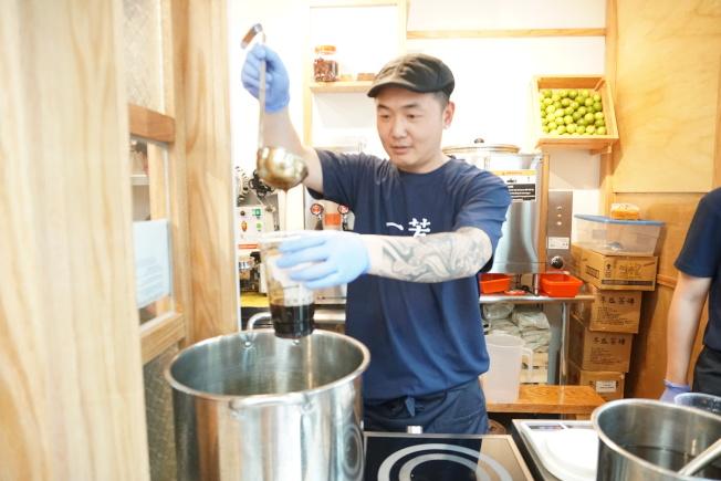 台式茶飲業者從台灣進口茶葉、砂糖等原物料,強調飲料原汁原味。(本報記者攝影)