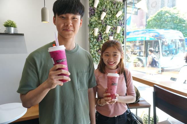 愿茶的手搖飲料有著天然又鮮豔的水果色澤,「高顏值」引來大批年輕人購買。(本報記者攝影)
