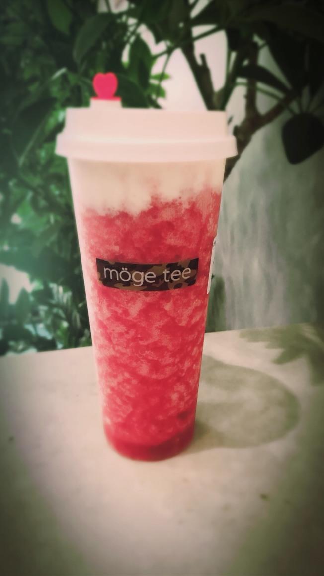 多家新開張的茶飲店,都以鮮豔的顏色和外觀,打造出茶飲的「高顏值」。(記者邵冰如/攝影)