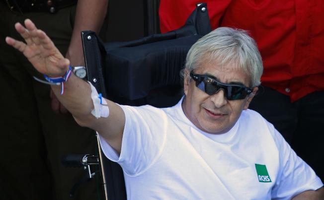 智利礦工雷加達斯2010年脫困後到醫院檢查,向媒體揮手致意。(美聯社)