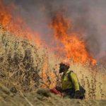 北灣宇洛山火凶猛 擴至8.3萬畝 4600消防員灌救