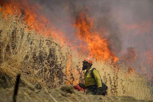 北灣宇洛縣的特大山火,國慶日仍繼續猛烈燃燒。(美聯社)