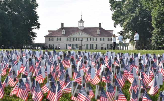 慶祝美國獨立日,華盛頓故居前4日一片旗海。(Getty Images)