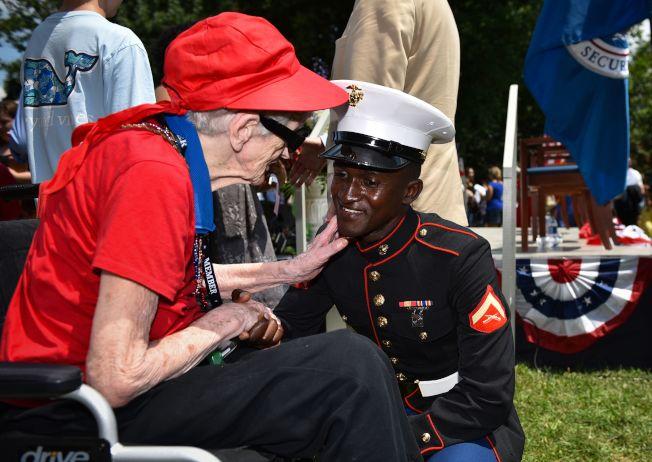 國慶遊行中,老婦人向軍人致敬。(Getty Images)