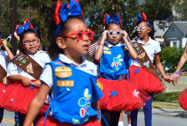在加州聖蓋博舉行的國慶日遊行,戴上太陽鏡的女童軍,陽光十足。(Getty Imges)