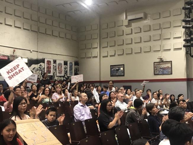 26學區教育委員會投票通過決議,家長鼓掌歡呼。(記者陳小寧/攝影)