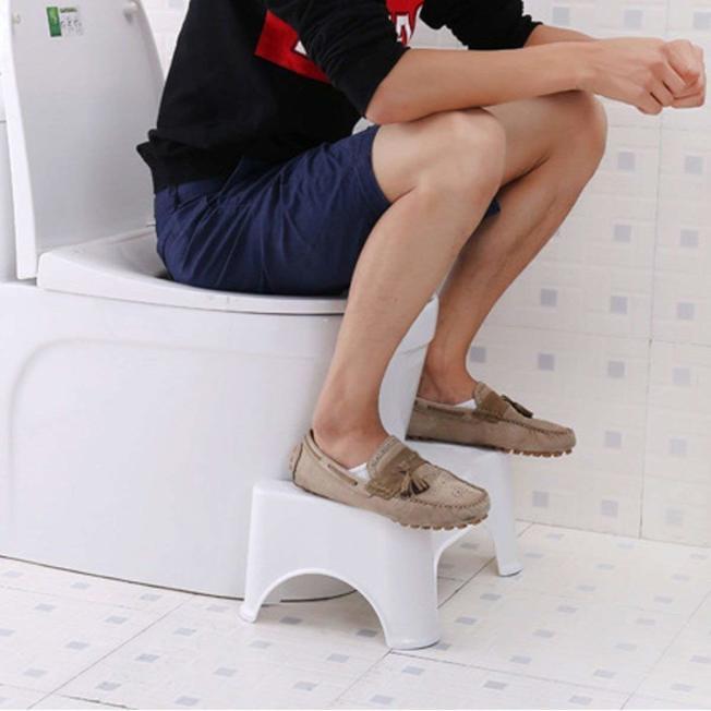 有人提倡使用坐式馬桶時,加個小板凳有助於排便順暢。(取自Amazon)