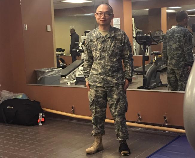從中國來的趙磐樹(Panshu Zhao,音譯)參加「參軍換取公民身分」的特別徵兵計畫,卻突然無故遭軍方解除軍籍。(美聯社)