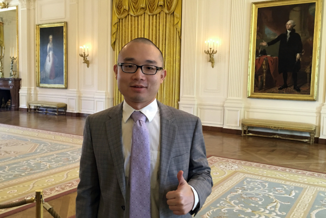 從中國來的趙磐樹(Panshu Zhao,音譯)參加「參軍換取公民身分」的特別徵兵計畫,卻突然無故遭軍方解除軍籍。圖為他今年4月到白宮參觀。(美聯社)